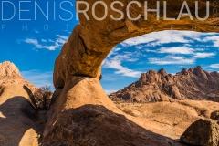 Panorama der Umgebung um die Spitzkoppe, durch das Felsentor fotografiert, Erongo, Namibia / panoramic view of Spitzkoppe and surrounding, shot through the rock arch, Erongo, Namibia